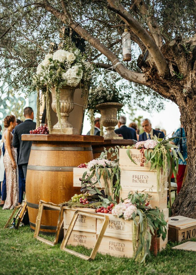 Detalle decoración de boda entre viñedos