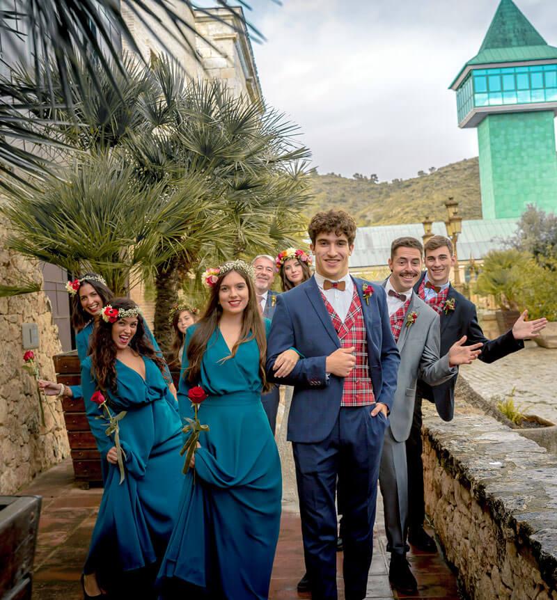 Llegada damas de honor a la boda con sus acompañantes