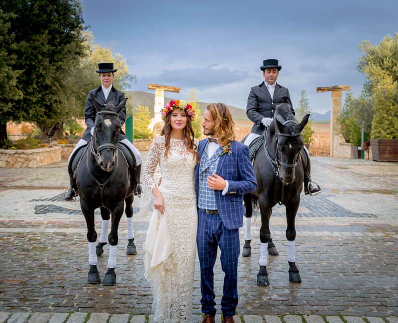 Novios con caballos a los lados